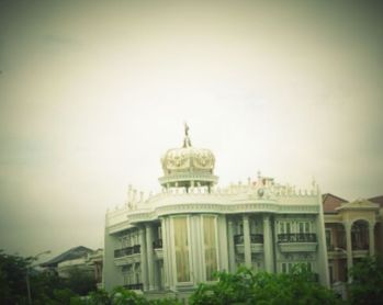 2. Rumah Bermahkota