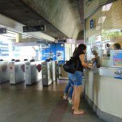 Beli BTS Pass, atau Rabbit Card yang bisa untuk seminggu, bahkan bisa untuk bayar-bayar transaksi di mana-mana :D